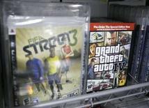 <p>Electronic Arts (EA), éditeur notamment de FIFA Street 3, annonce que son offre d'achat de deux milliards de dollars sur Take-Two Interactive, au catalogue duquel figure entre autre Grand Theft Auto IV, expirera ce lundi et qu'un rapprochement est peu probable avant la période des fêtes de fin d'année. Les discussions entre les deux éditeurs de jeux vidéo vont continuer, a précisé EA. /Photo prise le 27 mars 2008/REUTERS/Lucas Jackson</p>