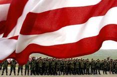 <p>Грузинские солдаты под военным флагом США на церемонии награждения в ходе подготовки по программе НАТО, 14 апреля 2007 года. Представители стран НАТО на экстренном совещании во вторник заверят Грузию в своей поддержке и вновь пообещают принять её в состав альянса в будущем, а также призовут Россию соблюдать и уважать условия мирного договора, сообщила в понедельник представитель НАТО Кармен Ромеро. REUTERS/David Mdzinarishvili (GEORGIA)</p>