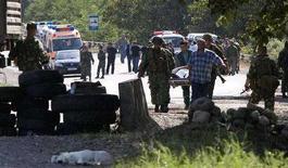 <p>Российские солдаты несут раненого пилота в ходе операции по обмену пленными с грузинской стороной, 19 августа 2008 года. Представители России и Грузии во вторник обменялись военнопленными в качестве жеста доброй воли. REUTERS/Adrees Latif</p>