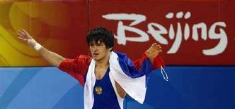 <p>Россиянин Мавлет Батиров радуется золотой медали в вольной борьбе в Пекине 19 августа 2008 года. Российский борец Мавлет Батиров стал олимпийским чемпионом по вольной борьбе в весовой категории до 60 килограммов. (REUTERS/Oleg Popov)</p>