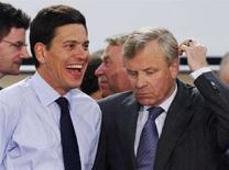 <p>Глава британского МИДа Дэвид Милибанд (слева) и генсек НАТО Яап де Хооп Схеффер на встрече министров иностранных дел стран-членов альянса, Брюссель 19 августа 2008 года. Члены Североатлантического альянса решили, что Россия нарушила международное право, вторгнувшись на территорию Грузии, сказал министр иностранных дел Великобритании Дэвид Милибанд REUTERS/Francois Lenoir .</p>