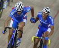 <p>Российские велосипедисты Михаил Игнатьев (слева) и Алексей Марков в финальном заезде на треке в дисциплине мэдисон в Пекине 19 августа 2008 года. Российские велосипедисты Михаил Игнатьев и Алексей Марков завоевали бронзовые медали на треке в дисциплине мэдисон. (REUTERS/Phil Noble)</p>