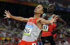 <p>Рашид Рамзи из Бахрейна опережает на финише Асбеля Кипропа из Кении на дистанции 1500 метров в Пекине 19 августа 2008 года. Золотую медаль в беге на 1500 метров выиграл Рашид Рамзи из Бахрейна. REUTERS/Kai Pfaffenbach</p>