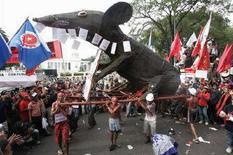 <p>Люди несут макет крысы на демонстрации в День труда в Джакарте 1 мая 2007 года. Правительство штата на востоке Индии призывает население употреблять в пищу крыс для того, чтобы остановить стремительный рост цен на продовольствие и сохранить зерновые запасы. REUTERS/Crack Palinggi</p>