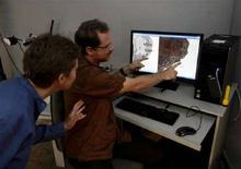 <p>Esperti allo studio dei frammenti dei rotoli del Mar Morto. REUTERS/Ronen Zvulun</p>