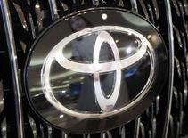 <p>Imamgine d'archivio del logo di Toyota su un'auto. REUTERS/Issei Kato (JAPAN)</p>