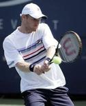 <p>Российский теннисист Дмитрий Турсунов в матче против аргентинца Эдуардо Шванка 27 августа 2008 года. Турсунов вышел во второй круг теннисного турнира US Open. REUTERS/Eduardo Munoz</p>