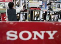<p>La gamme d'écrans plats LCD Bravia dans une boutique de Tokyo. Sony lancera en novembre prochain le téléviseur LCD le plus fin au monde, mesurant 9,9 mm d'épaisseur, à temps pour la période cruciale des fêtes de fin d'année. /Photo prise le 14 mai 2008/REUTERS/Yuriko Nakao</p>