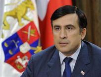<p>Президент Грузии Михаил Саакашвили выступает с телеобращением 26 августа 2008 года. Несмотря на то, что Саакашвили втянул страну в заранее обреченную войну с Россией и поплатился за это двумя регионами, его позиции на политической арене только укрепились, поскольку невзгоды сплотили грузинский народ. REUTERS/Irakli Gedenidze/Pool</p>
