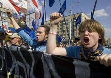 <p>Представители белорусской оппозиции митингуют в Минске 26 апреля 2006 года. Центральная избирательная комиссия Белоруссии зарегистрировала кандидатами на предстоящие парламентские выборы 67 членов оппозиционных партий, отказав в регистрации 16-ти, сказала на пресс-конференции председатель ЦИК Лидия Ермошина. REUTERS/Vasily Fedosenko</p>