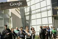 <p>Impiegati Google davanti alla sede di Mountain View, California. REUTERS/Robert Galbraith (Usa)</p>
