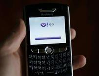 "<p>Un cellulare su cui è caricata l'applicazione ""Yahoo! Go"". REUTERS/Mike Blake</p>"