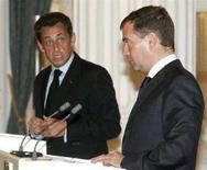 <p>Президент РФ Дмитрий Медведев (справа) и президент Франции Николя Саркози на совместной пресс-конференции в Москве, 12 августа 2008 года. Саркози в понедельник прибывает в Москву для обсуждения с российским президентом Дмитрием Медведевым выполнения условий мирного договора с Грузией, заключенного месяц назад, в случае нарушений которых Россия может испортить свои отношения с Евросоюзом. REUTERS/Alexander Natruskin (RUSSIA)</p>
