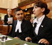 <p>Представители Грузии Паям Ахаван и Тина Бурджалиани в зале Гаагского суда, 8 сентября 2008 года. Обвинения Тбилиси в адрес Москвы, касающиеся нарушений прав этнических грузин в отколовшихся от Грузии Южной Осетии и Абхазии, в понедельник стали предметом слушания Международного суда ООН. REUTERS/Michael Kooren (NETHERLANDS)</p>