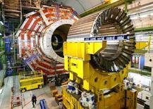 """<p>Основной магнит CMS в зале европейского института CERN вблизи Женевы, 22 марта 2007 года. Ученые европейского института CERN, которые готовятся в среду запустить первый поток протонов по кольцу Большого адронного коллайдера (БАК), надеются повторить """"большой взрыв"""" в миниатюре и опровергают предположения, что этот эксперимент может привести к концу света. REUTERS/Denis Balibouse (SWITZERLAND)</p>"""