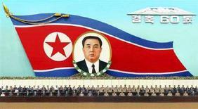 <p>Высокопоставленные представители властей КНДР на праздновании 60-летия образования государства в Пхеньяне 8 сентября 2008 года. Корейская Народно-Демократическая Республика во вторник отмечает 60- летие образования государства невиданным по размаху военным парадом, невзирая на сообщение о тяжелой болезни лидера Ким Чен Ира. REUTERS/KCNA (NORTH KOREA)</p>