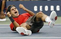 <p>Швейцарец Роджер Федерер радуется победе на открытом чемпионате США по теннису в Нью-Йорке 8 сентября 2008 года. Швейцарец Роджер Федерер одержал победу на открытом чемпионате США по теннису. REUTERS/Kevin Lamarque (UNITED STATES)</p>