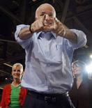 <p>Кандидат в президенты США от республиканцев Джон Маккейн обращается к слушателеям в Альбукерке 6 сентября 2008 года. Популярность кандидата в президенты США от республиканцев Джона Маккейна резко возросла среди белых избирательниц после того, как он предложил губернатору Аляски Саре Пэлин стать вице-президентом. REUTERS/Brian Snyder (UNITED STATES)</p>