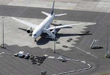 <p>Самолет авиакомпании Air New Zealand в международном аэропорту Окланда, 4 октября 2007 года. Новозеландские авиалинии Air New Zealand собираются ускорить процедуру регистрации пассажиров, рекламируя нововведение, в буквальном смысле, на головах стоящих в очереди людей. REUTERS/Nigel Marple (NEW ZEALAND)</p>