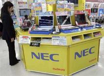 <p>Uno stand di Nec in un grande magazzino. REUTERS/Yuriko Nakao (JAPAN)</p>