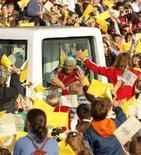 <p>La folla saluta il Papa a Parigi, il 13 settembre 2008. REUTERS/Benoit Tessier</p>