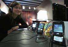 <p>Una donna ascolta musica dal cellulare, in un'immagine d'archivio. REUTERS/Eric Gaillard (Francia)</p>
