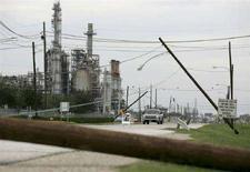 <p>Pali della corrente elettrica divelti dall'uragano Ike nei pressi di una raffineria, a Pasadena, Texas, il 15 settembre 2008. REUTERS/Jessica Rinaldi (Usa)</p>