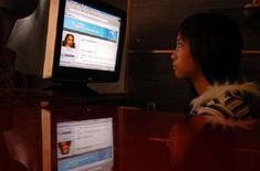 <p>Ragazza al computer in un Internet café di Changzhi, provincia Shanxi della Cina settentrionale. REUTERS/Stringer (Cina)</p>