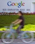 <p>Le P-DG de Google Eric Schmidt a déclaré mercredi que son groupe avait toujours l'intention de lancer son projet de partage de recettes publicitaires avec Yahoo en octobre, comme prévu. /Photo d'archives/ REUTERS/Kimberly White</p>