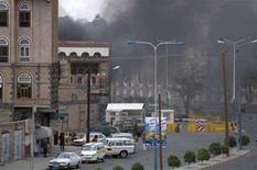 """<p>Дым поднимается над местом взрыва у посольства США в Сане 17 сентября 2008 года. Правоохранительные органы Йемена задержали 19 подозреваемых в организации нападения на посольство США в среду, а также связях с международной экстремистской сетью """"аль-Каида"""", сообщил телеканал Al-Arabiya в четверг. REUTERS/Yemen News Agency/Handout (YEMEN)</p>"""