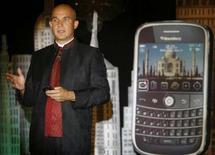 """<p>Jim Balsillie, co-directeur général de Research In Motion (RIM), fabricant du Blackberry Bold. Selon les analystes, les fabricants de téléphones portables et les opérateurs télécoms risquent de perdre plusieurs milliers de leurs clients les plus rentables à la suite des secousses que la crise du crédit provoque dans le secteur bancaire."""" /Photo prise le 18 septembre 2008/REUTERS/Punit Paranjpe</p>"""