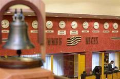 <p>Часы в зале ММВБ в Москве 17 сентября 2008 года. Власти РФ решили выделить до 500 миллиардов бюджетных рублей на выкуп подешевевших акций в надежде поддержать рухнувший фондовый рынок и заработать, однако пока воздержались от предоставления средств экономике через налоговые льготы, сокращающие доходы государства. REUTERS/Thomas Peter (RUSSIA)</p>