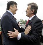 <p>Президент Грузии Михаил Саакашвили (слева) приветствует своего украинского коллегу Виктора Ющенко на саммите ГУАМ в Батуми 1 июля 2008 года. Президенты Грузии и Украины выступят на сессии Генеральной Ассамблеи ООН в Нью-Йорке на следующей неделе и сделают основной темой своих посланий стремление получить поддержку западных стран в противостоянии с Россией. REUTERS/Irakli Gedenidze/Pool</p>