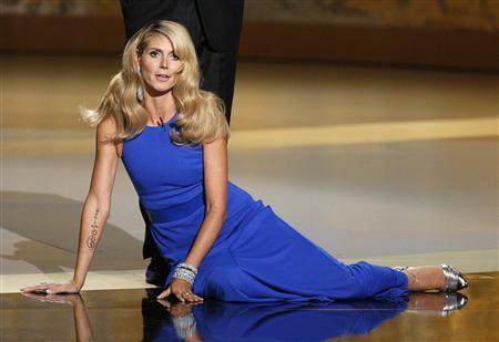 Host Heidi Klum falls to the floor after being dropped by Tom Bergeron at the 60th annual Primetime Emmy Awards in Los Angeles September 21, 2008. REUTERS/Lucy Nicholson