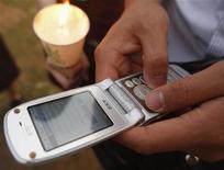 <p>Immagine d'archivio di un utente che invia un sms da un telefonino. REUTERS/Lee Jae-Won (SOUTH KOREA)</p>