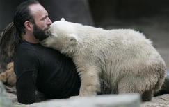 <p>Thomas Doerflein gioca con Knut. REUTERS/Tobias Schwarz (GERMANY)</p>