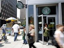 <p>People walk past a Starbucks store in New York, July 3, 2008. REUTERS/Chip East</p>