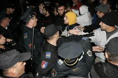 <p>Bosnian policemen scuffle with protesters during the first-ever gay festival organised in Bosnia in central Sarajevo September 24, 2008. Bosnian police clashed on Wednesday with young men attacking the country's first gay festival in Sarajevo. Police said at least eight people were injured when attackers dragged some people from vehicles and beat others in the street. A policeman was also injured. REUTERS/Stringer</p>