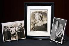 <p>Foto de archivo de la colección privada del beisbolista Joe DiMaggio donde aparece la actriz Marilyn Monroe (al centro y a la derecha en la imagen) son exhibidas en Nueva York, EEUU, 23 ene 2006. REUTERS/Brendan McDermid</p>