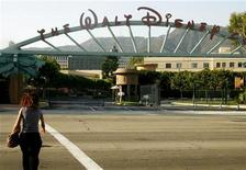 <p>A Disney employee heads to work at the entrance to the Walt Disney Co. and Walt Disney Studios in Burbank, California July 19, 2006. REUTERS/Fred Prouser</p>