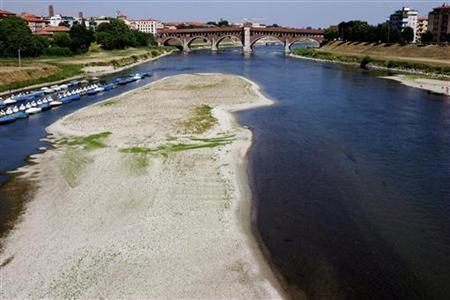 Dry land emerges from the shallow waters of the Ticino river under the ''Old Bridge'' in Pavia, northern Italy, in this file photo from July 1, 2005. REUTERS/Daniele La Monaca DLM/SA