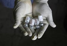 <p>Dosi di un vaccino anti-polmonite distribuito in India all'interno di un programma organizzato dall'ong 'Sngobadho' (Insieme) per lottare contro le malattie che colpiscono di più i bambini, tra cui l'Hiv/Aids. REUTERS/Rupak De Chowdhuri</p>