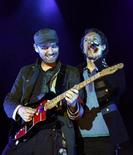 <p>Chris Martin (a destra) e Jonny Buckland dei Coldplay. REUTERS/Albert Gea</p>