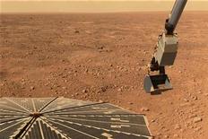 <p>Foto de archivo del vehículo espacial Phoenix de la NASA recogiéndo muestras de suelo marciano, 13 jun 2008. REUTERS/Ho New</p>