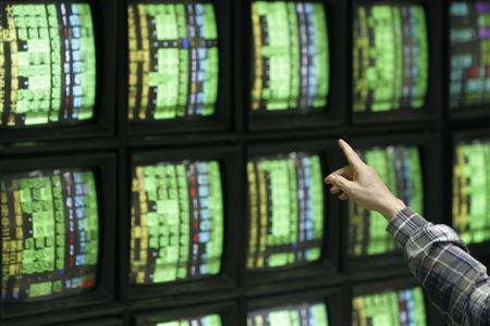 A man points at a screen while monitoring stock market prices in Taipei September 30, 2008. REUTERS/Pichi Chuang