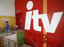 <p>Foto de archivo de una empleada mientras limpia la sede de la estación ITV en Bangkok, Tailandia (6 marzo 2007). ITV, la mayor estación comercial de televisión del Reino Unido, está por despedir a cerca de 1.000 empleados, incluidos 430 de su departamento regional de noticias, como parte de un plan de recorte de costos gatillado por las complicadas condiciones del mercado.</p>