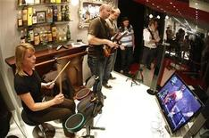 <p>Visitors play the computer game 'Guitar Hero' at an exhibition stand at the Games Convention 2008 fair in the eastern German city of Leipzig August 20, 2008. REUTERS/Fabrizio Bensch</p>