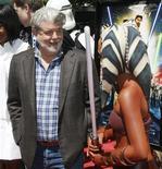 """<p>Foto de archivo del productor George Lucas, en el estreno de """"Star Wars: The Clone Wars"""", mientras habla con un personaje del filme en Hollywood, 10 ago 2008. El proyecto """"Red Tails"""" de George Lucas está sobre la pista y listo para despegar. Anthony Hemingway, quien ha dirigido episodios de """"The Wire"""", """"CSI: NY"""" y """"ER"""", estará al timón del ansiado filme ambientado en la Segunda Guerra Mundial. REUTERS/Fred Prouser</p>"""