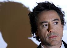 """<p>O ator Robert Downey Jr. em sessão de fotos para o filme """"Sherlock Holmes"""". Robert Downey Jr. vai representar o detetive vitoriano Sherlock Holmes num blockbuster que o estúdio Warner Bros. espera transformar no início de uma nova e lucrativa franquia. 1 de outubro.REUTERS/Toby Melville (BRITAIN)</p>"""