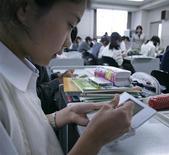 <p>Una studentessa usa la DS di Nintendo durante una lezione in una scuola di Tokyo. REUTERS/Michael Caronna</p>